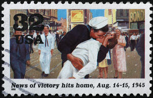 WW-II-sailor-kissing-woman-at-homecoming