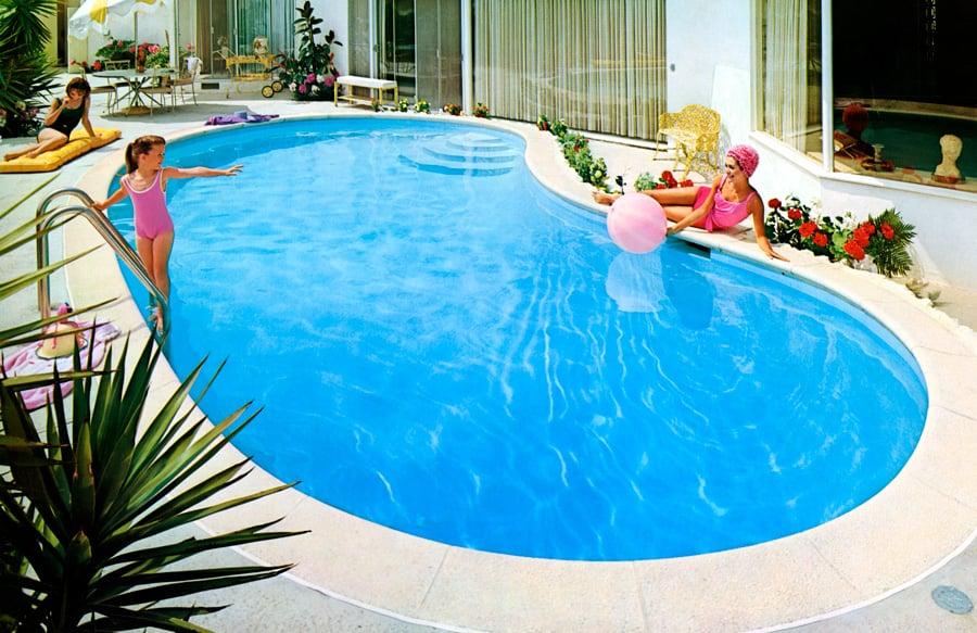 retro-kidney-pool-with-family